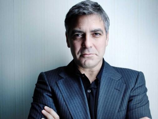 Если некоторые стараются скрыть появление седины, то актер Джордж Клуни считает, что это придает ему особый шарм.