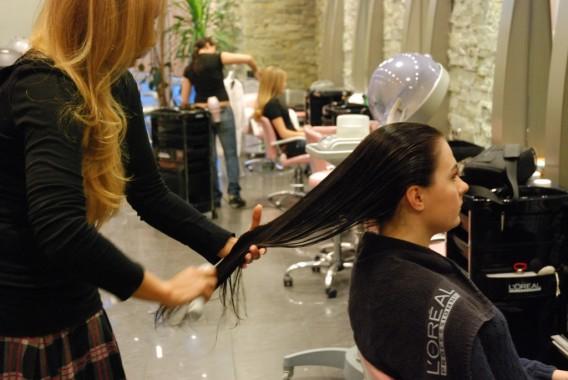 Мастер в салоне сделает все быстро и профессионально, но наведываться в парикмахерскую каждый день – невозможно. Потому нужно овладеть умением самостоятельно красиво укладывать волосы